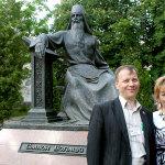 Диана Кан у памятника поэту Симеону Полоцкому