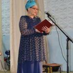 Каламкас Битымова читает односельчанам стихи