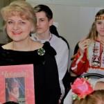 Елена Кубаевская с подарком за отличное выступление