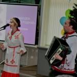 Поёт юная вокалистка Мила Петрова