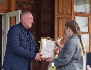 Диплом победителя вручает поэт Виталий Молчанов