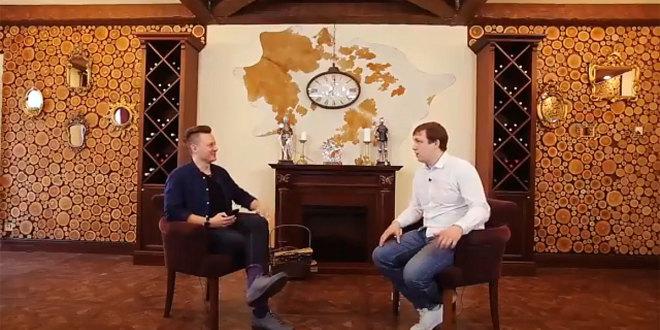 Журналист Евгений Бурлуцкий беседует с Александром Абрамовым, руководителем поэтического проекта «Другая среда»