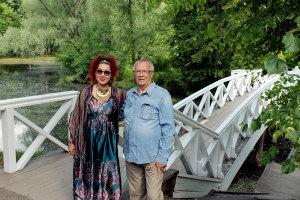 Писатели Диана Кан (Оренбург) и Олег Рябов (Нижний Новгород) на фоне Пушкинского мостика