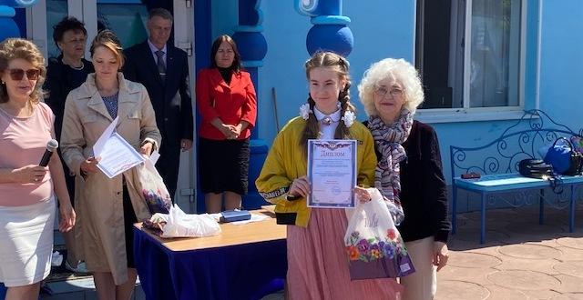 Наталья Кожевникова поздравляет победителей
